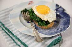 Torradas à fiorentina | #ReceitaPanelinha: Espinafre refogado com ovo frito é um clássico da comida caseira. Nesta versão, as torradas incrementam a receita e transformam o prato em uma bela refeição.