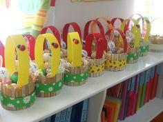 Lindas canastitas con palitos de madera - Dale Detalles Diy Arts And Crafts, Craft Stick Crafts, Preschool Crafts, Diy Niños Manualidades, Water Bottle Crafts, Basket Crafts, Easter Activities, Easter Crafts For Kids, Easter Baskets