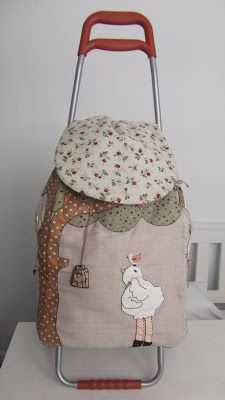 pitimini: Carro de Costura Bag Patterns To Sew, Sewing Patterns, Diy Makeup Bag, Trolley Bags, Recycle Jeans, Fabric Bags, Quilted Bag, Recycling, Quilts