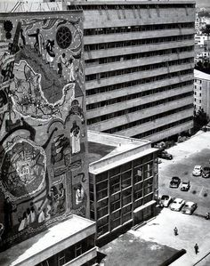Detalle de la fachada con murales de Juan O'Gorman, Edificio de La Secretaría de Comunicaciones y Obras Públicas - Centro SCOP, av. Xola y av. Universidad, Narvarte,  Benito Juárez, Ciudad de México  1954  Arqs. Carlos Lazo, Raúl Cacho y Augusto Pérez Palacio  Foto. Col. Villasana - Torres -  Detail of the facade with murals by Juan O'Gorman, Secretariat of Communications and Public Works, Centro SCOP, Av. Xola and Av. Unversidad, Narvarte, Benito Juarez, Mexico City 1954