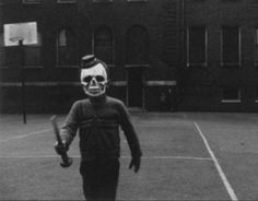 If you thought today's costumes were scary, think again. These are 25 Creepy Vintage Halloween Photos Too Scary To Handle. Photos D'halloween Vintage, Vintage Halloween Photos, Photo Vintage, Halloween Pictures, Vintage Photographs, Coastumes Halloween Effrayants, Creepy Halloween Costumes, Halloween Clothes, Halloween Queen