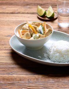 Ce poulet au curry façon thaïe chauffe les papilles! La pâte de curry vert, la citronnelle et le lait de coco créent une ambiance exotique lors de la cuisson déjà et se marient parfaitement avec l'émincé de poulet plutôt maigre. Curry Vert, Valeur Nutritive, Aesthetic Food, Coco, Serving Bowls, Grains, Food And Drink, Cooking, Tableware