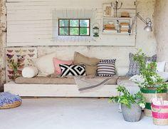 Con aires de construcción efímera, este rincón propio de una terraza o de un jardín con cobertizo, supone un ejemplo inequívoco del potencial que conlleva disponer de un espacio de estas características en nuestras propias viviendas, por la facilidad con que puede ser reproducido. Decorado con objetos de Ikea, se ha creado una zona de …