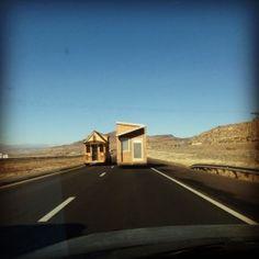 Duas casas pequenas passeando na estrada ♥