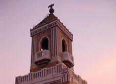 Construido en 1930, según diseño del arquitecto Esteban Rodriguez Castells para ser la sede de las oficinas centrales de la compañia de ron Bacardí, este impresionante edificio es uno de los mejores ejemplos de arquitectura Art Decó en Latinoamérica.  Al estar rodeado de otras estructuras, no se puede alcanzar una visión completa del edificio desde el nivel de la calle, aunque su opulenta torre se puede vislumbrar desde toda La Habana.