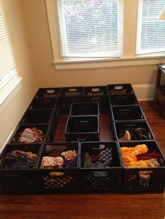 Make a bed frame for free out of salvaged milk crates! I have three milk crates already. Just turn the crates sideways and maybe cover them in fabric Making A Bed Frame, Diy Bed Frame, Bed Frames, Milk Crate Furniture, Diy Furniture, Repurposed Furniture, Decorating Your Home, Diy Home Decor, Plastik Box
