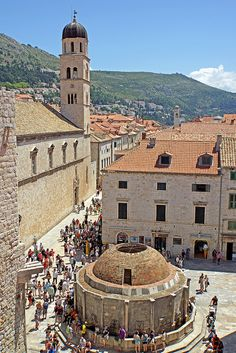 Croatia, Dubrovnik - Big Onofrio's Fountain / Previously, 16 gargoyles, today, after its builder, the Neapolitans Onofrio della Cava, named Fountain behind the Pile Gate presents rather simple. The earthquake of 1667 robbed him of his jewelry and splendor.