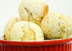 Experimente o pão de queijo de ricota e chia, prática e muito saudável. Assista ao vídeo e confira a receita de pão de queijo de ricota e chia