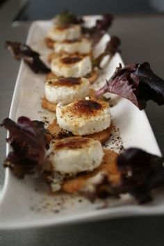 Tostas de queso de cabra caramelizado No Cook Appetizers, Finger Food Appetizers, Appetizer Recipes, Sea Cakes, Best Party Food, Tasty, Yummy Food, Food Decoration, Mexican Food Recipes