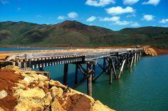 Parc de la Rivière Bleue, Pont Pérignon - Yaté - Grande Terre, Province Sud - Nouvelle-CalédonieLe Pont Pérignon a été édifié par M. Pérignon, exploitant forestier, juste avant le remplissage du barrage de Yaté en 1958. Ce pont, présentant un tablier de 83 m en planches, repose sur une charpente en chêne-gomme (Arillastrum gummiferum, imputrescible) et en tamanou (Calophyllum inophyllum, Bintagor). Fragilisé lors du passage du cyclone Erica, le Pont Pérignon se traverse exclusivement à…