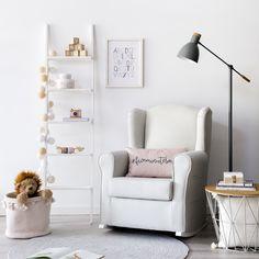 Butaca balancín Star | La butaca balancín que querrás en el dormitorio de tu bebé. Este modelo es cómodo, bonito y combinable con cualquier estilo. ¡Ideal para usar como sillón de lactancia! *En la imagen: Tapizado en tela Romer Beig y patas en pino natural. #kenayhome #home #butaca #balancín #blanco #lámpara #liv #gris #estilo #diseño #interior #nórdico #nordik #escalera #estantería #nussa #white #design #kids #baby #bebé #pink #dormitorio #infantil