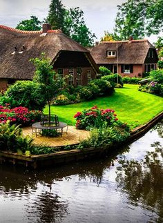 Giethoorn Dream Vacation Spots, Dream Vacations, Luxury Living, Travel Pictures, Beautiful Homes, Beautiful Places, Travel Specials, Storybook Cottage, Places Of Interest