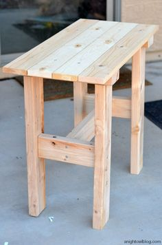 DIY Porch Table - Diy furniture for teens Porch Table, Diy Porch, Diy Table, Palet Table, Wooden Table Diy, Outdoor Wood Table, Pallet Side Table, Make A Table, Table Bench
