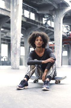 Der Look für deinen nächsten Ausflug in die Skatehalle: Das Billabong Langarmshirt greift den Retrotrend des Batikdesigns auf und ist hinten etwas länger geschnitten als vorne. So passt es hervorragend zur Jogginghose mit Jacquard-Muster und Bündchen an den Beinen.