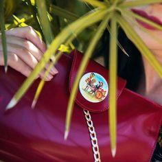 #Decortack: #pochetteartigianale in pelle con catena dorata e #carrettosiciliano #dipintoamano su tondo di #porcellana di 4 cm