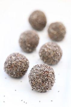 CRUNCHY CHIA ENERGY BITES // Only 5 ingredients // Medjool dates, cashews, vanilla, salt, and chia seeds! #vegan #glutenfree #healthysnack