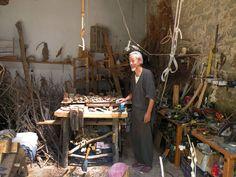 El artista japonés Hiroshi Kitamuram, en su taller del Empordà con los ramajes y…