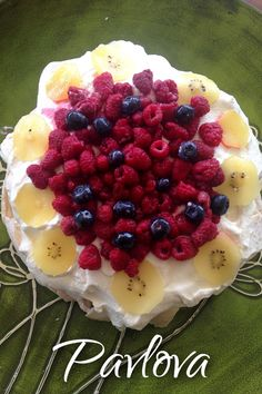 Christmas Dessert Recipe: Traditional New Zealand Pavlova -- meringue-based dessert topped with whipped cream and summer fruits Mexican Christmas Food, Christmas Food Treats, Christmas Desserts, Christmas Ideas, Xmas Food, Christmas Foods, Christmas Christmas, Appetizer Recipes, Snack Recipes