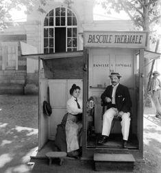 La bascule thermale de précision. Vichy (Allier), vers 1900. Détail d'une vue stéréoscopique.