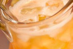 Clericô 2 melões cortados em cubos 1/2kg de uvas Thompson cortadas ao meio 2 abacaxis pérola cortados em cubos 1 lata de pêssego em calda cortados em cubos 2 maçãs verdes cortadas em cubos 2 maçãs vermelhas cortadas em cubos 2 xícaras (chá) de suco de laranja 1 vidro de cereja 1 xícara (chá) de marrasquino 1/2 garrafa de vinho branco seco 1/2 copo de vodca 1 garrafa de champagne demi-sec 1 garrafa de champagne Brut 2 litros de guaraná Açúcar a gosto