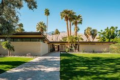 Along with Frank Sinatra's Movie Colony home, the Koerner house in Palms Springs is one of a handful of private residences designed by the great mid-century modern architect E. Stewart Williams, who seldom took commissions of this sort. Mid Century Living Room, Mid Century House, Palm Springs Mid Century Modern, Brick Siding, Modern Architects, Built In Seating, Desert Homes, Mid Century Design, Midcentury Modern