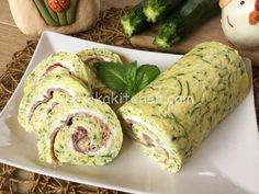 Il rotolo di zucchine è una frittata al forno con zucchine grattugiate, farcita…