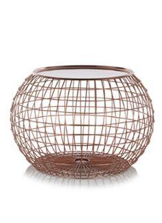 Deze tafel die lijkt op de vorm van een bal en is onderdeel van de nieuwe collectie van Pols Potten.  Een bijzettafel met een opvallend design. Het (bijzet)tafeltje is gemaakt van ijzerdraad met een kleur coating in koper en heeft een fel orantje tafelblad. Door het gebruik van ijzerdraad oogt deze tafel heel licht. Hij kan gebruikt worden als bijzettafel of als een nachtkastje bijvoorbeeld. Geschikt voor binnen.