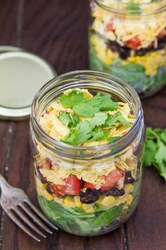 Salade mexicaine en bocalLe bon mix, dans cet ordre : laitue + maïs + haricots noirs + dés de tomates + cheddar râpé + tortilla chips émiettées + coriandre