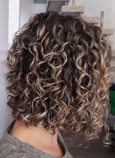New hair cuts corto ondulado Ideas Short Permed Hair, Permed Hairstyles, Quince Hairstyles, Long Curly, Highlights Curly Hair, Balayage Hair, Curly Hair Tips, Curly Hair Styles, Colored Curly Hair