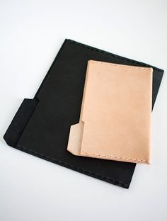 Chic and stylish office supplies- black and natural file folders perfect for holding papers, tablets, and e-readers. Diy Leather Goods, Leather Diy Crafts, Leather Projects, Brit And Co Diy, Leather Folder, Leather Bag Pattern, Folder Design, How To Make Diy, Leather Pouch