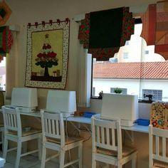 Trabalhos com réguas decoram as janelas do Ateliê.  Amei!!!!!