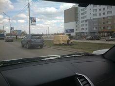Инкассаторская машина застряла на газоне на Павловском тракте в Барнауле