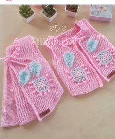 Fotoğraf açıklaması yok. Baby Poncho, Knitted Baby Cardigan, Knit Vest, Crochet For Kids, Crochet Baby, Toddler Outfits, Kids Outfits, Shrug Pattern, Super Bulky Yarn