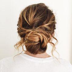 Messy chignon brdial hairstyle #messychignon #updos #greenwedding #twistedhairstyle #weddinghair #weddings #weddingtime #makeup #braidstyles #braidedupdo #softcurls #twistedupdo