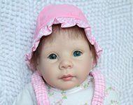 Splendida bambola con grandi occhi azzurri. Interamente fatta a mano, indicato regalo per bambini o da collezionare!