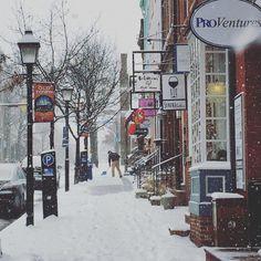 Snow covers King Street on Presidents Day captured by @drubaru14. Stay warm everyone!  #ExtraordinaryALX by visitalexva