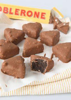 Toblerone Oreo truffels (Laura's Bakery) Candy Recipes, Sweet Recipes, Dessert Recipes, Yummy Treats, Delicious Desserts, Yummy Food, Macarons, Toblerone, Chocolate Bomb