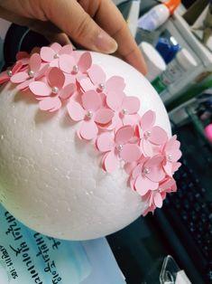 플라워 볼 수국펀치 이용 수국 모빌 : 네이버 블로그 Diy Crafts For Adults, Diy Crafts For Gifts, Easy Diy Crafts, Diy For Teens, Decor Crafts, Diy For Kids, Cardboard Crafts, Paper Crafts, Sell Diy