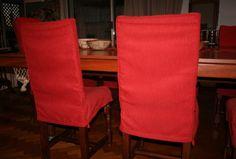 """""""Sillas vestidas"""". Fundas para sillas de comedor. Detalles de costuras del respaldo. Tela elegida, panama grueso, rojo."""