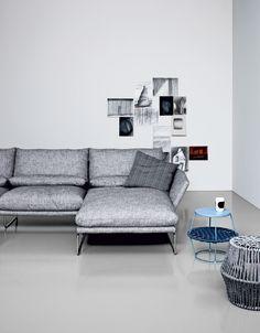 L'agile silhouette della fortunata poltroncina New York è il punto di partenza del nuovo progetto di imbottiti firmato Saba. L'anima eclettica del divano si rivela nell'originale cuscino dello schienale che consente, tramite una semplice rotazione, di tramutarsi da poggiareni a comodo poggiatesta.