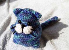 kočka háčkovaná kočička z modro-zeleného mohéru, veliká kolem 15cm.