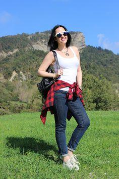 Camicia a quadri rosso-nera e skinny jeans
