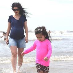 Segunda-feira eu postei uma foto minha na praia com minha filha e recebi mensagem de outras gravidinhas querendo saber de onde era a minha blusa de gestante.  É uma blusa justa no corpo e super confortável! É da loja @agestante. E também é ótima para usar depois que a bebê nascer pois seu modelo é transpassado na frente. Tem em outras cores e outros modelos de blusas para usar durante a gravidez e depois (prático). #gestante #grávida #gravidez #comprinhas #modagestante #blusagestante…