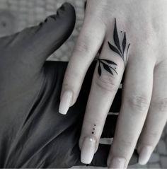 Cool Finger Tattoos, Simple Hand Tattoos, Simple Finger Tattoo, Finger Tattoo For Women, Hand Tattoos For Women, Finger Tattoo Designs, Subtle Tattoos, Tattoos For Guys, Henna Finger Tattoo