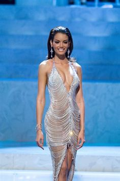 Miss Puerto Rico 2006 competes in the evening gown portion before taking home the crown. Sexy Outfits, Sexy Dresses, Fashion Dresses, Prom Dresses, Formal Dresses, Mendoza, Miss Universe Gowns, Miss Universe National Costume, Miss Puerto Rico