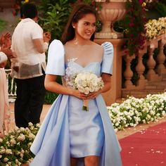 regram The beautiful Lorraine Pedrosa for Swooning over this modern Filipiniana custom gown. Modern Filipiniana Gown, Filipiniana Wedding Theme, Wedding Bridesmaid Dresses, Wedding Gowns, Bridesmaid Gifts, Wedding Motifs, Vintage Wedding Theme, Lorraine, Manila