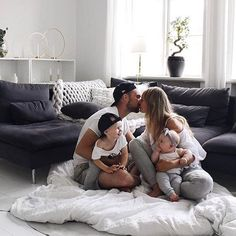 Baby family, family goals и cute family. Cute Family, Baby Family, Family Goals, Couple Goals, Young Family, Couple Travel, Life Goals List, Jolie Photo, Future Goals