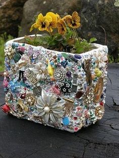 mosaic craft with old jewelry and toys Mosaic Crafts, Mosaic Projects, Mosaic Art, Mosaics, Mosaic Ideas, Mosaic Designs, Pebble Mosaic, Garden Crafts, Garden Projects