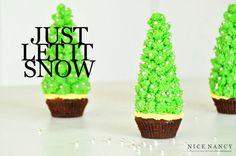 Het is even een priegelwerkje, maar wat zien deze kerstboomcakejes er mooi uit! We zagen ze op de blog Nice Nancy. De truc zit 'm in het torentje, welke is gemaakt met behulp van een ijshoorntje. Meng een deel van de botercrème met een paar druppels groene kleurstof. Plaats de hoorntjes op de cakejes en […]