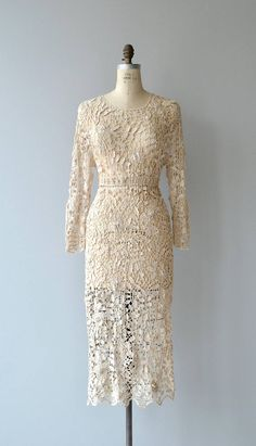 Vintage ecru cotton crochet leaf maxi dress with long sleeve, elevated waist and back of neck crochet buttons. Lots of stretch and a slip is necessary (I mean, in my opinion!). --- M E A S U R E M E N T S --- fits like: medium/large bust: 36-41 waist: 30-34 hip: up to 42 length: 47 brand/maker: n/a condition: excellent to ensure a good fit, please read the sizing guide: http://www.etsy.com/shop/DearGolden/policy ✩ layaway is available for this item ...